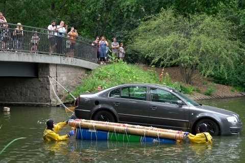Mit einem Ponton wurde das Auto vor eine Brücke gezogen und dort versenkt. Seine Scheinwerfer sollen nachts leuchten.