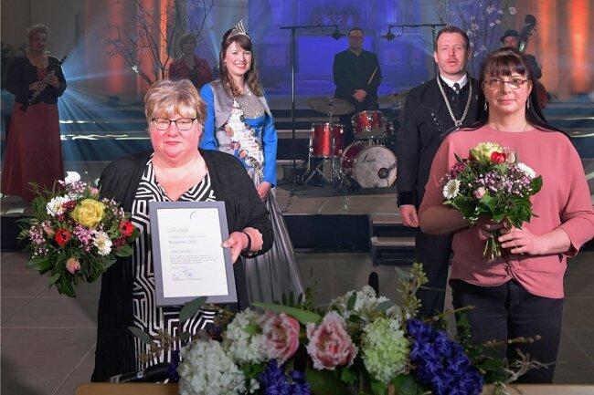 Die Tafel-Mitarbeiterinnen Katrin Helbig und Anja Fiedler (vorn von links) nahmen den Bürgerpreis von OB Sven Krüger entgegen, hinten links Silberstadtkönigin Julia Richter.