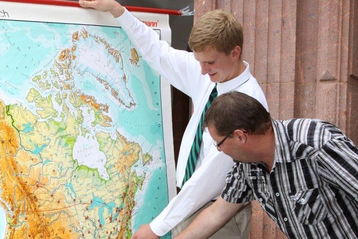 Ulrich Fenzl (links) zeigt dem stellvertretenden Schulleiter André Ullmann vom Brecht-Gymnasium Schwarzenberg, in welcher Region der USA er sein Austausch-Jahr verbracht hat.