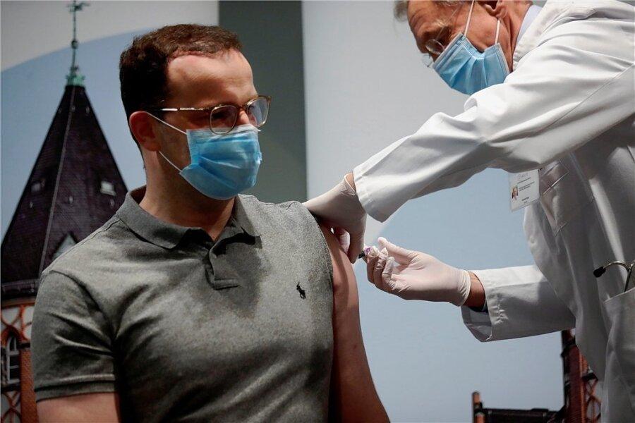 Hat sie am Mittwoch medienwirksam bekommen: Bundesgesundheitsminister Jens Spahn ließ sich von Arzt Harald Bias in der Berliner Charité gegen Grippe impfen.