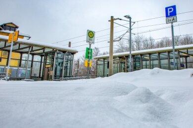 Schon vor einer Woche waren die Parkplätze am Bahnhof Oederan nicht vom Schnee beräumt. Am Montag war die Lage schon wieder so. Die Bahnsteige selbst waren schneefrei.