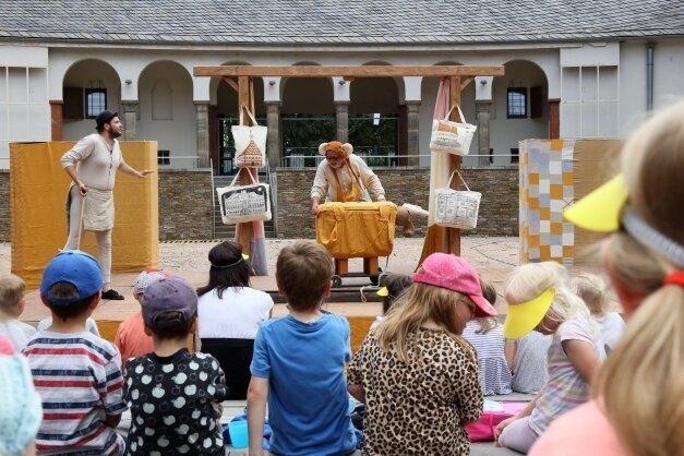 Das Sommertheater des Puppentheaters Zwickau erlebte am Freitag auf der Freilichtbühne am Schwanenteich mit einem Tag Verspätung Premiere.