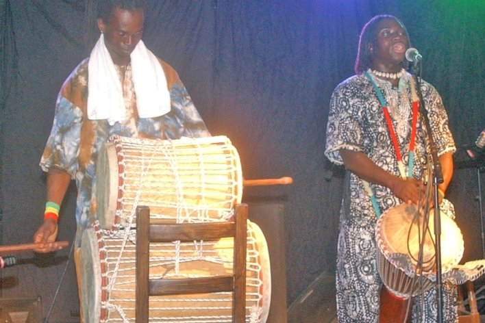 2004 begeisterte unter anderem die Gruppe Chemo aus Gambia. Im Foto: Che Jallow (links) und Mohammed Bitteye.