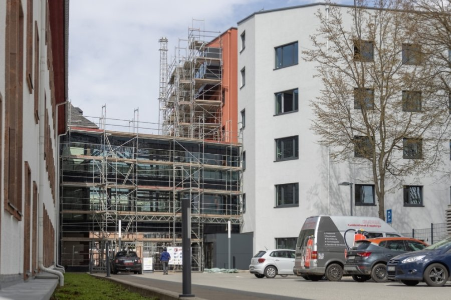 """Teile des Landratsamtes in Annaberg-Buchholz sind seit Ende März wieder eingerüstet. Der Kreis lässt Mängel an der Glasfassade beseitigen. Die Arbeiten ziehen sich bis ins nächste Jahr. Damit steht auch fest, dass die """"magische"""" Marke von 22 Millionen Euro für den neuen Verwaltungssitz durchbrochen wird."""