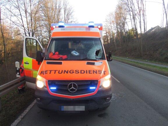 Eine von einem Lkw gerutschte Eisplatte hat auf der S 2177 die Windschutzscheibe einen Krankenwagens durchschlagen.