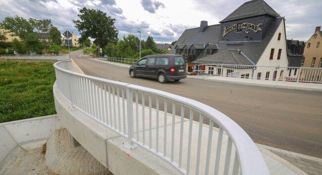 Die Untere Dorfstraße in Bräunsdorf hat ein völlig anderes Aussehen erhalten. Die Fahrbahn ist nun frei von Unebenheiten, ein Fußweg sorgt für mehr Sicherheit. Auf Höhe der Gaststätte Teichmühle wurde zudem die Brücke über den Bräunsdorf-Herrnsdorfer Bach erneuert.