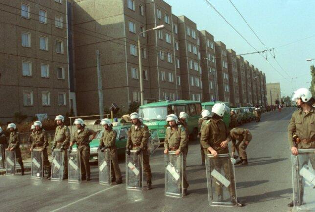 Polizeikräfte blockieren am 23.09.1991 Straßen in Hoyerswerda. Hoyerswerda war am 17. September 1991 der erste Ort in Deutschland, in dem nach der Wiedervereinigung Gewalt gegen Ausländer eskalierte.