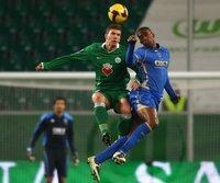 Wolfsburgs Edin Dzeko (l.) im Spiel gegen Portsmouth