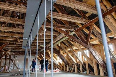 Die Sanierung des Rathauses in Oederan läuft auf Hochtouren. Neben dem Breitbandausbau ist sie das wichtigste Bauvorhaben der Stadt. Hier ein Blick in das Dachgeschoss, in das Bauamt und Ordnungsamt einziehen werden. Insgesamt wurden 25 Tonnen Stahl verbaut.