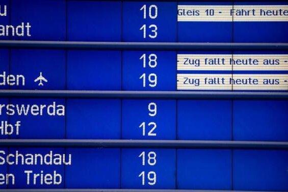 Auf einer Hinweistafel im Hauptbahnhof in Dresden wird auf Ausfälle und Verspätungen im Zugverkehr hingewiesen.