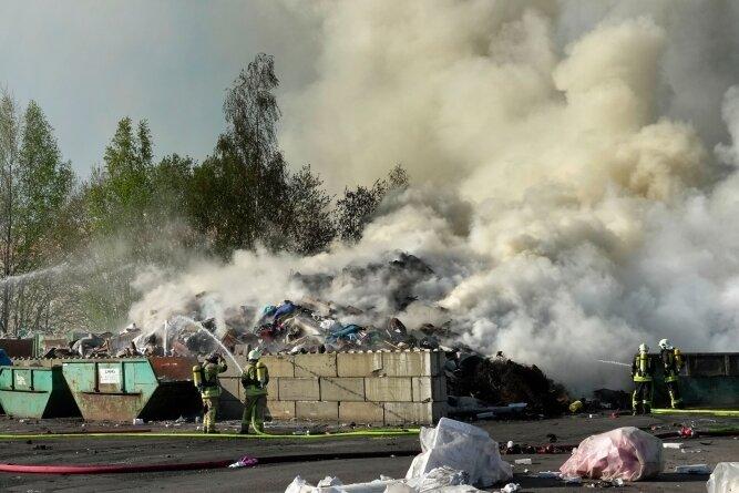 Um für Brände wie diesen im Vorjahr auf dem Gelände einer Entsorgungsfirma in Mühlau gerüstet zu sein, soll die Feuerwehr der Gemeinde mittelfristig neue Technik und Ausrüstung erhalten.