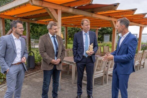 Ulf Heitmüller (2. v. r.), Vorstandsvorsitzender der VNG AG, war kürzlich in Annaberg-Buchholz, um sich anzuschauen, wie die Vereine die Spenden eingesetzt haben. Außerdem im Bild (v. l.): Björn Buchhold, Volker Krämer und Stadtwerke-Geschäftsführer Kai Aschermann.