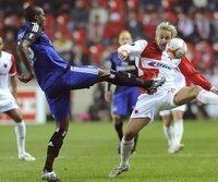 Hamburgs Guy Demel (l.) im Spiel gegen Slavia Prag