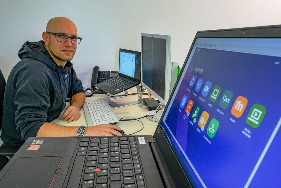 So gut wie alle Lehrer in Sachsen erhalten in den kommenden Monaten Dienst-Laptops. Mit Martin Löffler hat die Stadt Limbach-Oberfrohna einen eigenen IT-Administrator für die Geräte eingestellt. Vielfach müssen sich die Lehrerinnen und Lehrer aber noch gedulden.