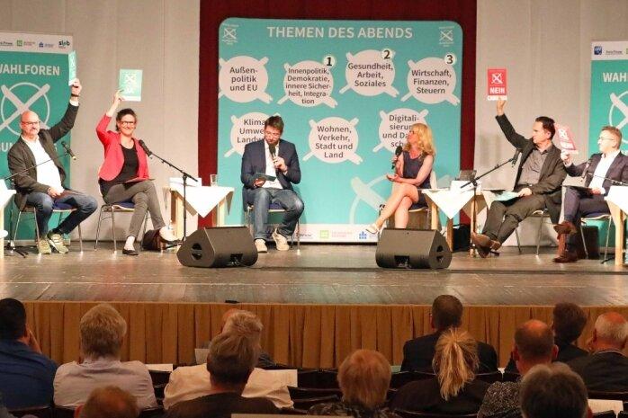 Sabine Zimmermann (Linke), Wolfgang Wetzel (Grüne) und Gundula Schubert (SPD; von links) während der Schnellfragerunde am Donnerstagabend im Theater Crimmitschau. .
