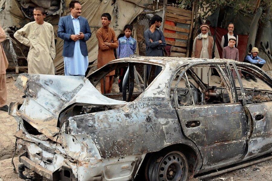 """Ein Raketenangriff auf den Kabuler Flughafen, den der """"Islamische Staat Khorasan"""" für sich reklamiert, soll am Montag auch dieses Auto zerstört haben. Auf das Konto der extrem radikalen Terrormiliz gehen Dutzende Anschläge mit hunderten Toten in Afghanistan."""