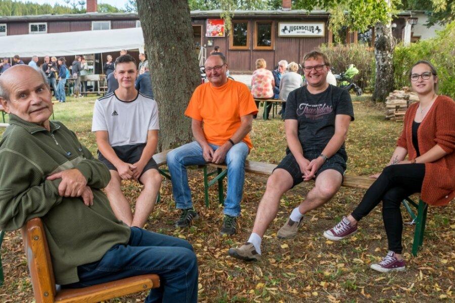 Zum 65. Geburtstag ihres Jugendclubs kamen auch Lothar Hegewald, Sebastian Matthes, Bernd Dietel, Thomas Hantsche und Theresa Lippmann (v. l.) miteinander ins Gespräch.