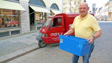 Buchhändler Berthold Freitag liefert nach Online-Bestellung weiterhin mit Hilfe einer roten Piaggio Ape die Bestellungen aus.