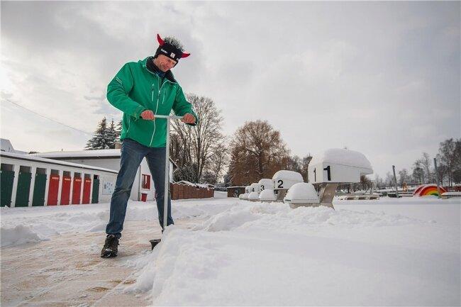 Neukirchens Freibadbetreiber Thomas Sprunk hat auch im Winter zu tun. Er muss beispielsweise regelmäßig Wasser aus den Becken ablassen, damit kein Eis gegen die Überlaufrinne drückt.