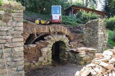 Freigeräumt sowie von Wurzeln und Vegetationsresten befreit, werden alte Kellerstrukturen am Hang hinter dem Herrenhof sichtbar.