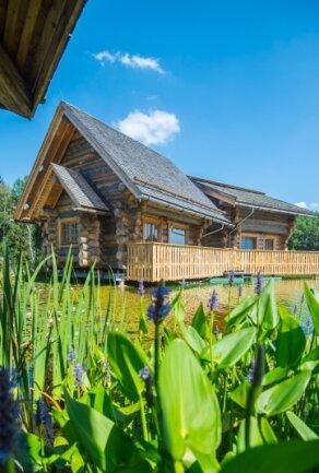 Von außen wirken die neue Häuser aus Kiefernholz rustikal, die Ausstattung innen ist hochwertig.