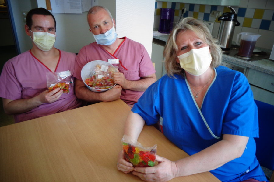 Das Pflegeteam der Intensivstation des Klinikums Obergöltzsch Rodewisch freut sich über eine süße Oster-Überraschung.