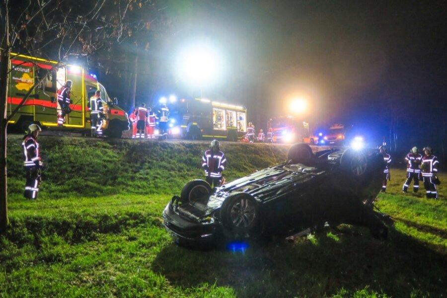 Auto landet auf dem Dach - sechs Verletzte