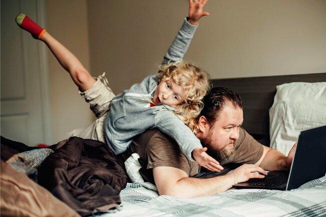 Arbeiten und gleichzeitig Kinder bespaßen: Das erfordert gute Nerven.