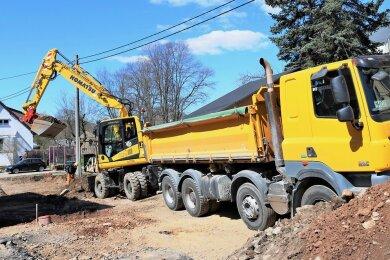 Auf dem letzten Sanierungsabschnitt der Hauptstraße in Leubsdorf hat jetzt der Aushub für den Fahrbahnbau begonnen.