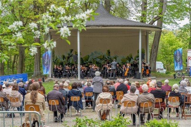 Im Reichenbacher Stadtpark gab die Vogtland Philharmonie jetzt bereits wieder vor Publikum ein Konzert.