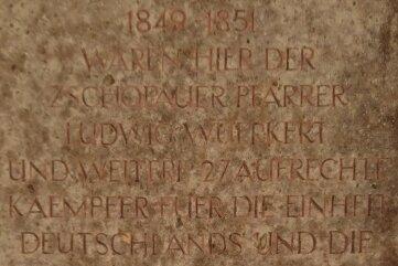 Die sehr verwitterte Gedenktafel am Schloss erinnert auch an die hier 1933 Inhaftierten.