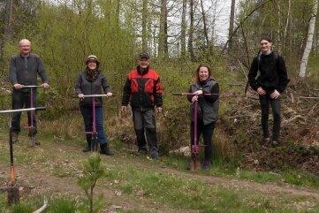 Mitglieder der Kirchgemeinde haben im Bürgerwald Bäume gepflanzt.