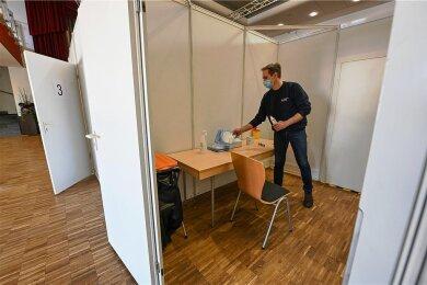 Vor der Eröffnung des Impfzentrums in der Stadthalle Limbach-Oberfrohna hatte Mike Hosemann vom DRK in den Impfkabinen letzte Vorbereitungen getroffen. Jetzt ist die Impfaktion unterbrochen. Foto: Andreas Seidel/'Archiv