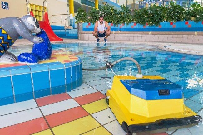 Die finalen Vorbereitungen laufen auf Hochtouren, damit das Aqua Marien am Donnerstag öffnen kann. Lucas Vogel bedient per Fernsteuerung einen Roboter, der den Beckenboden reinigt.