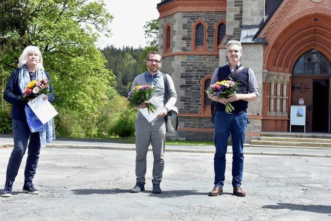 Erfolgreiche Landschaftsarchitekten (von links): Anke Deeken (dritter Preis) sowie Sandro Schaffner und Frank Kunkler aus Dresden (erster Preis) wurden von Bürgermeister Olaf Schlott beglückwünscht. Das zweitplatzierte Büro Till Rehwaldt war nicht vertreten.