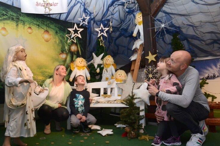 """Sebastian und Sandra Petzoldt aus Lengenfeld haben sich mit ihren Kindern Jascha und Mirja in der Märchenecke """"Sterntaler"""" angesehen."""