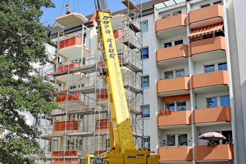 Mit einem Spezialkran werden die Balkonteile an der Webergasse 12/14 in Position gebracht.