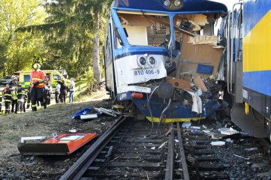 Ein zerstörter Waggon steht auf den Gleisen. Beim Zusammenstoß eines Triebwagens der Bahn mit der Lokomotive einer Messgarnitur sind in Tschechien 20 Menschen verletzt worden.