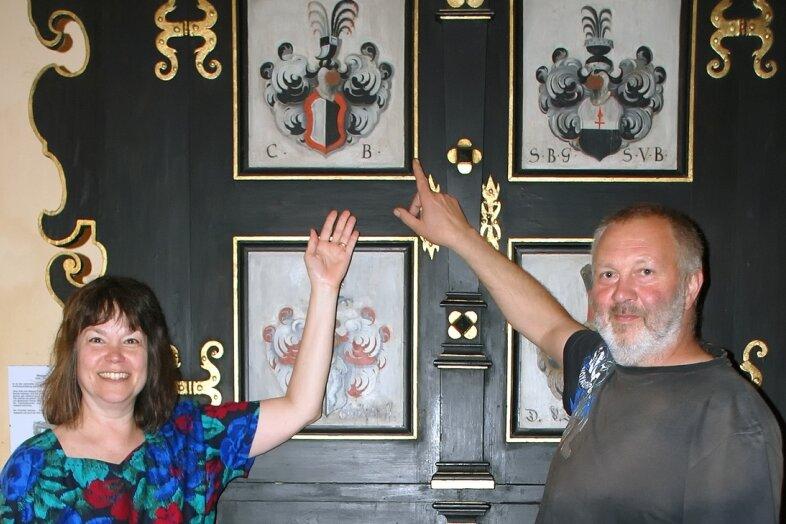 """<p class=""""artikelinhalt"""">Gretchen von Bose hat am Wappenschrank im Netzschkauer Schloss das Zeichen ihrer Familie entdeckt. Volker Steps führt Carol von Boses Nachfahrin durch das alte Gemäuer.</p>"""
