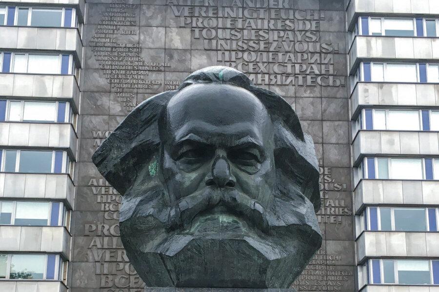 Das Plakat mit der Aufschrift «Chemnitz ist weder grau noch braun» am Karl-Marx-Denkmal wurde teilweise abgerissen. ..