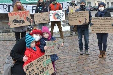 Mit Plakaten machten die Teilnehmer der Mahnwache auf die Klimakrise aufmerksam.
