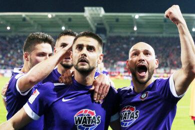 Dimitrij Nazarov (Mitte) erzielte das erste Tor für die Auer.