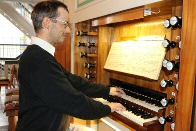 Der neue Kantor Ralf Schädlich an der Pausaer Orgel.