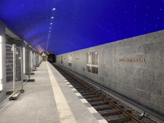 Die U-Bahnstation unter der Berliner Museumsinsel wurde von den Handwerkern aus Oberlungwitz farblich gestaltet. Mit einer ultramarinblauen Farbe aus Naturpigmenten schufen sie ein Himmelszelt im Untergrund.