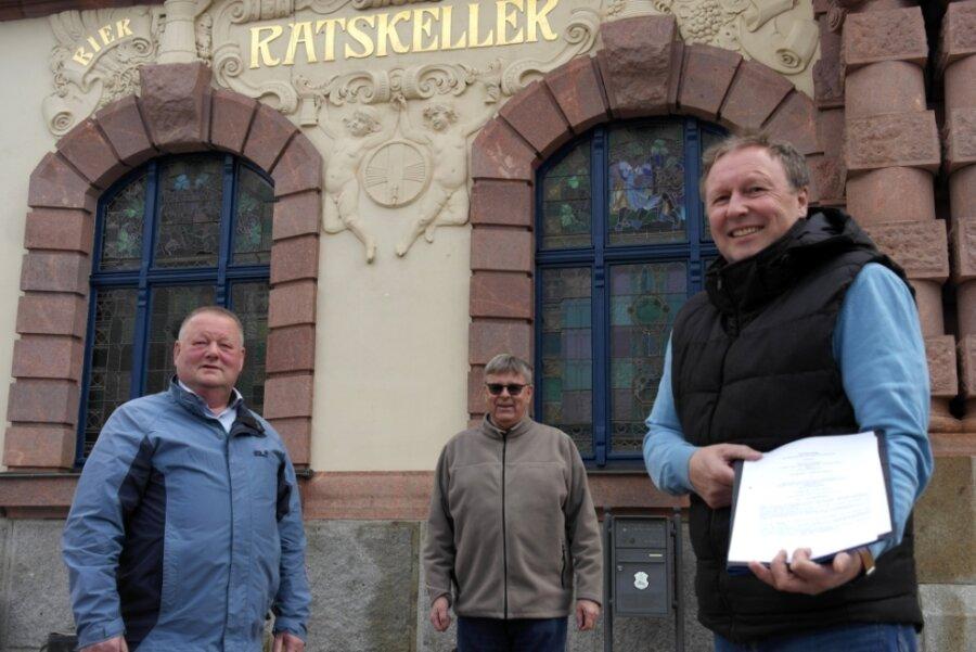 Vereinssprecher Andreas Wagner (r.) präsentiert gemeinsam mit Günter Busch den unterschriebenen Vertrag, den Bürgermeister Thomas Arnold (l.) für die Stadtverwaltung unterschrieben hat.