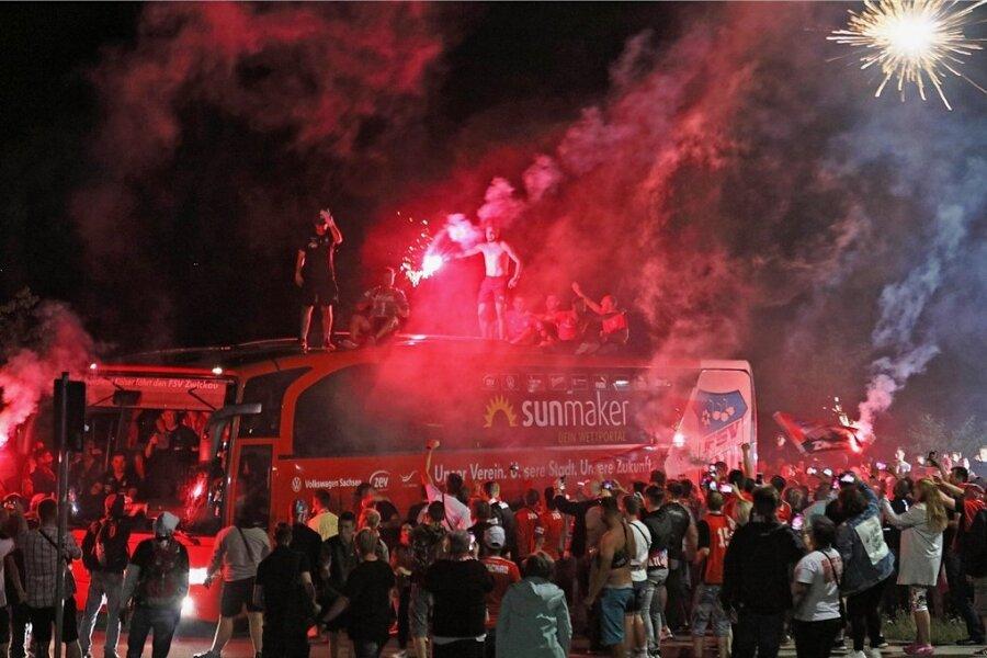Eine um zwei Treffer bessere Tordifferenz bescherte Fußball-Drittligist FSV Zwickau Anfang Juli den Klassenerhalt. Rund 1500 Fans bereiteten der Mannschaft nach dem letzten Saisonspiel bei Waldhof Mannheim einen gebührenden Empfang vor dem heimischen Stadion.