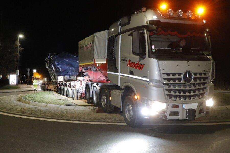 Schwerlasttransport zu Mitternacht: Neuer Heizkraftmotor wird nach Chemnitz geliefert