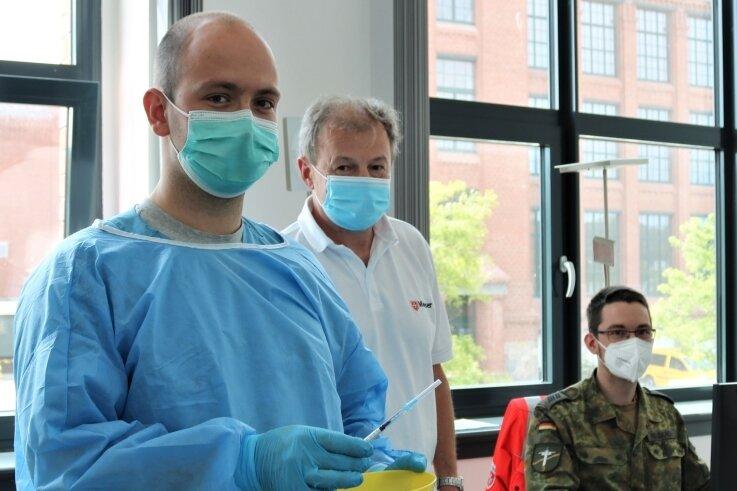 Sebastian Papsch (l.) aus Chemnitz gehörte bei der Corona-Impfaktion in der Alten Baumwolle in Flöha zum medizinischen Team.