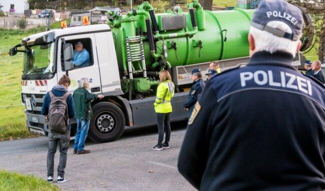 Nach kurzer Diskussion mit Polizisten und Mitarbeitern des Landratsamtes wird die Klärgrube auf Axel Bieretts Grundstück geleert und anschließend der Abfluss zugemauert.