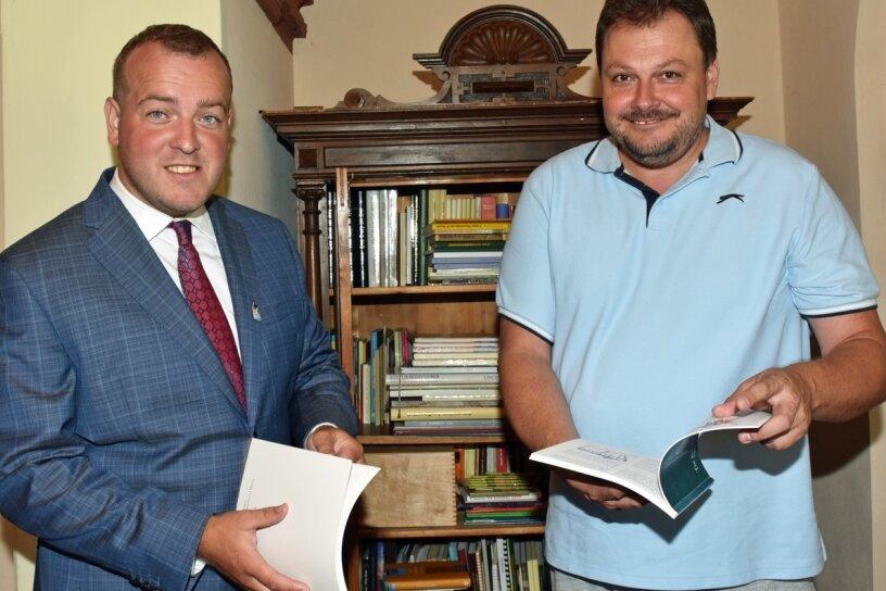 """Die tschechischen Autoren Radim F. Holeek (r.) und Filip Ušák sind in der Baldauf-Villa in Marienberg zu Gast. Die beiden gehören zur Redaktionsrunde und bringen das grenzüberschreitende Vorhaben """"Schatten über dem Erzgebirge"""" voran."""
